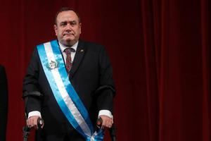 El nuevo presidente de Guatemala, Alejandro Giammattei, este martes en el acto de investidura celebrado en el Teatro Nacional en Ciudad de Guatemala (Guatemala).