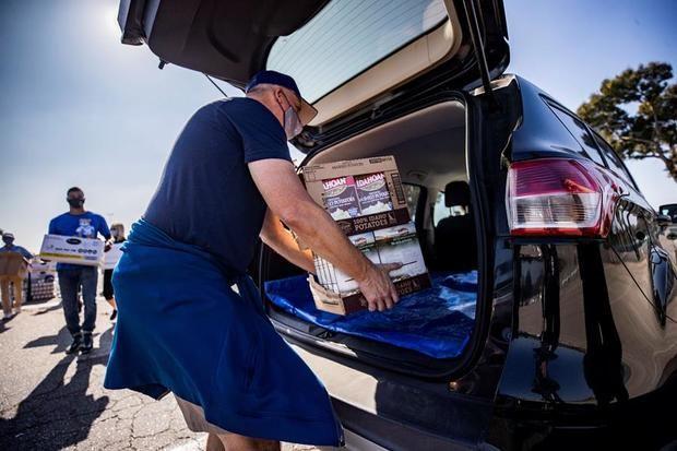 Voluntarios colocan paquetes de comida de Acción de Gracias en el Dodger Stadium en medio de la pandemia de coronavirus en Los Ángeles, California, EE.UU.