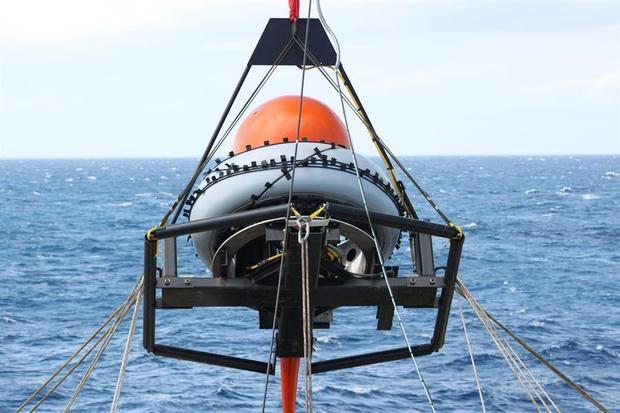 Fotografía de marzo de 2014 cedida por la Organización del Tratado de Prohibición Completa de Ensayos Nucleares (OTPCE) donde se aprecia el momento de la colocación del nodo de un hidrófono frente a las costas de Chile.