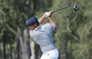 Bryson DeChambeau de los EE.UU. golpea en la salida del octavo hoyo durante la ronda final del US Open.