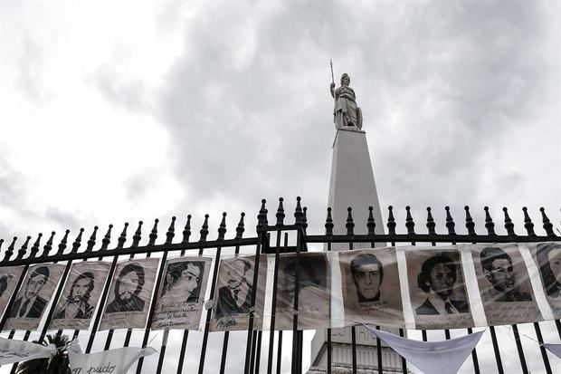 Según datos judiciales, de los más de 3,000 investigados por delitos de lesa humanidad, durante la más reciente dictadura militar en Argentina (1976-1983), unos 1.500 están en libertad, alrededor de 900 detenidos y 811 fallecieron.