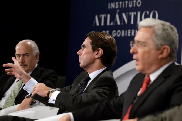 En la imagen un registro del expresidente del Gobierno español José María Aznar (c), junto a los expresidentes de Colombia Álvaro Uribe (d) y Andrés Pastrana (i).
