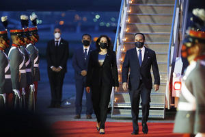 La vicepresidenta de Estados Unidos, Kamala Harris, camina junto al ministro de exteriores de Guatemala, Pedro Brolo (d), tras arribar a la pista de la Fuerza Aérea Guatemalteca, hoy, en Ciudad de Guatemala, Guatemala.