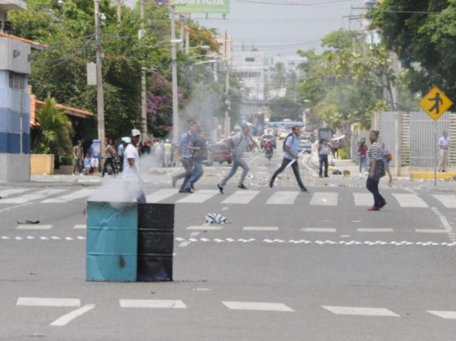 Continúan los enfrentamientos entre estudiantes de la UASD y la Policía