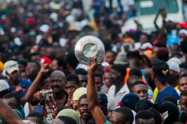 Personas participan durante una manifestación en Puerto Príncipe, Haití.