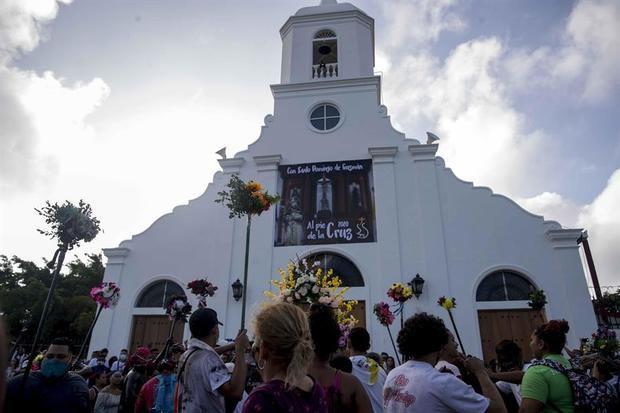 Varios promesantes participan de una procesión en honor a Santo Domingo de Guzmán, este sábado, en Managua, Nicaragua.