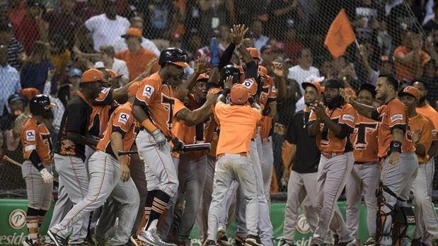 Toros vencen con susto a Leones y avanzan a la final del béisbol dominicano