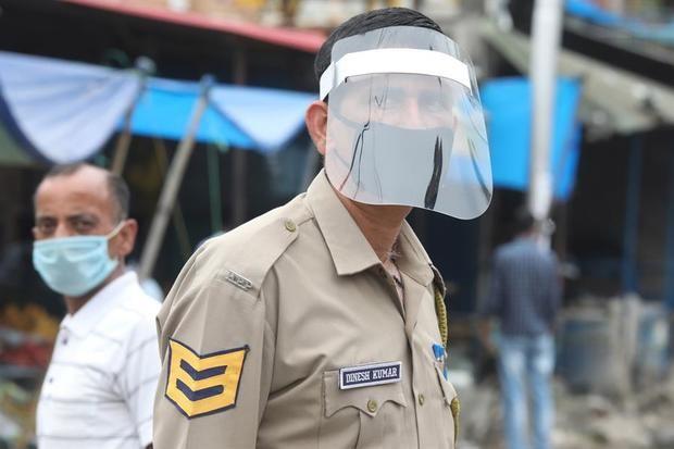 La Policía india mezcla ingenio y golpes contra el coronavirus.