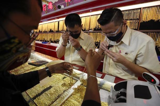 El oro alcanza nuevos máximos (1.990 dólares) aunque luego retrocede