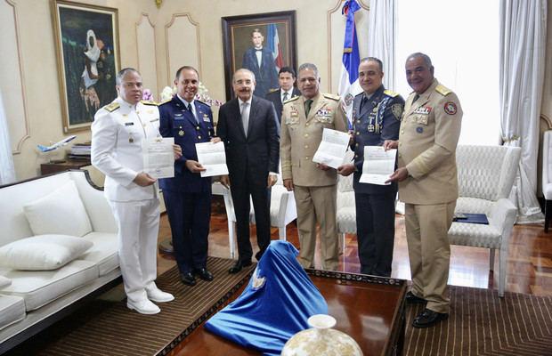 Altos mandos entregan al presidente Danilo Medina cartas de encomio en reconocimiento a las instituciones por buen desempeño desfile militar.