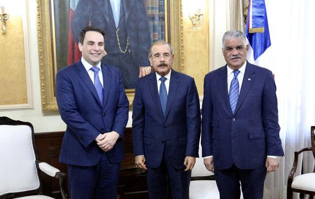 Presidente Danilo Medina durante visita del embajador estadounidense ante la Organización de los Estados Americanos (OEA), Carlos Trujillo, junto al canciller Miguel Vargas, en su despacho del Palacio Nacional.
