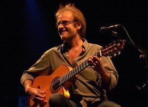Fotografía de archivo del 21 de julio de 2001 del cantautor madrileño Luis Eduardo Aute durante una actuación en Santiago de Compostela.