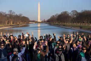 Un grupo de mujeres en su mayoría con los ojos vendados realiza la protesta viral 'Un violador en tu camino', también conocida como 'A Rapist in Your Path' en el Lincoln Memorial en el National Mall en Washington, DC.