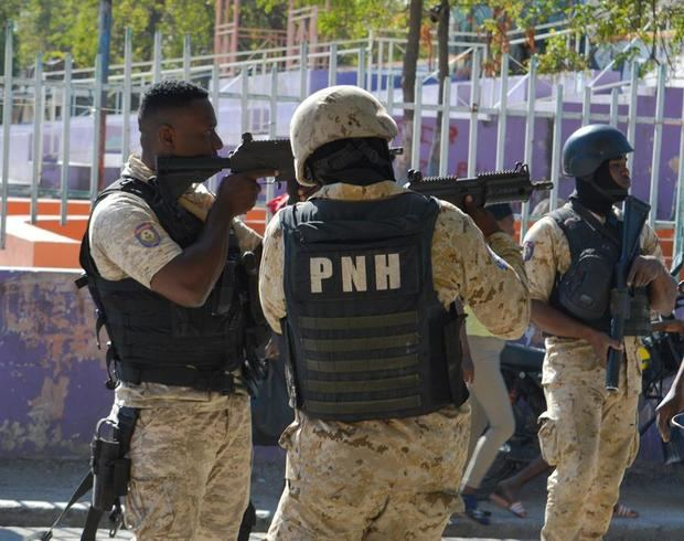 Policías realizan un operativo en la cárcel de Croix-des-Bouquets tras una fuga de presos, en Puerto Príncipe, Haití.