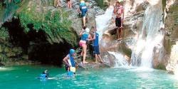 Personas disfrutan del Salto de Damajagua, ubicado en Puerto Plata.