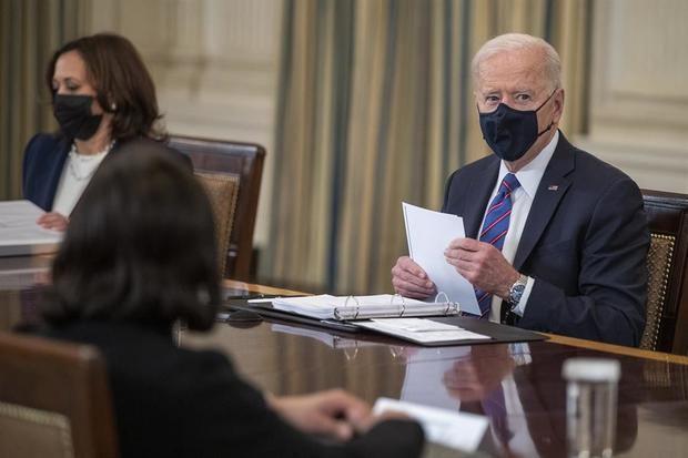 La vicepresidenta de EE.UU., Kamala Harris (i), participa en una reunión con el mandatario estadounidense, Joe Biden (d), este 24 de marzo de 2021, en la Casa Blanca, en Washington.