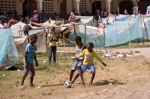 Fotografía de archivo de niños mientras juegan fútbol en las afueras de Les Cayes, Haití.