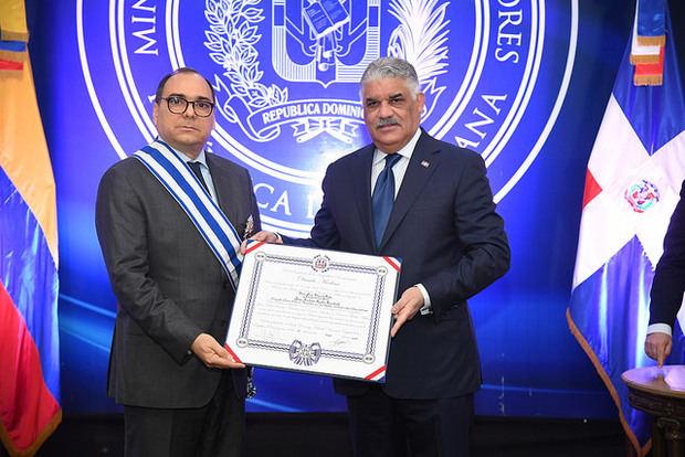 El Gobierno dominicano condecora al saliente embajador de Colombia