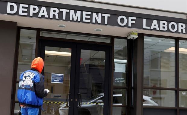 Bajan a 860.000 las solicitudes semanales de subsidio por desempleo en EE.UU.