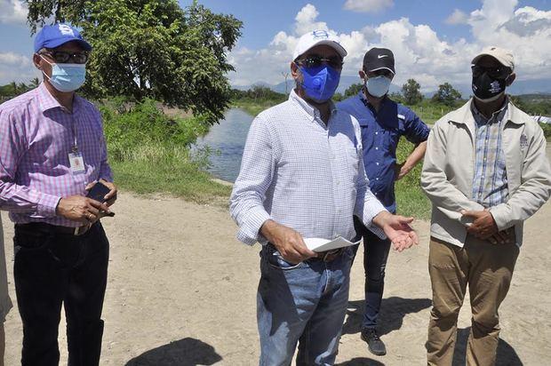 El director ejecutivo del INDRHI, Olmedo Caba Romano, ofrece declaraciones en uno de los puntos del recorrido por los sistemas de riego en el valle de San Juan.