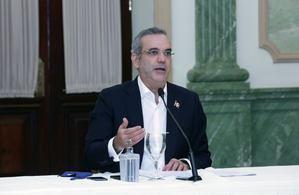 Luis Abinader toma la palabra en la reunión.