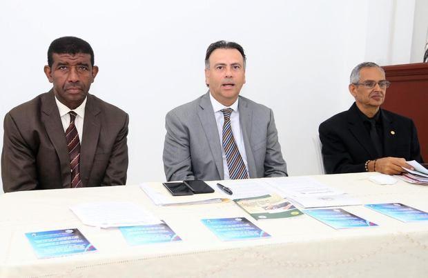 En el centro, el presidente de la Comisión Electoral, Juan Moreno Gautreau, junto a los miembros Nicanor Rodríguez Tejada y José Francisco Espinal Álvarez.
