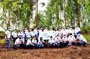 Con el auspicio de Cristal de Caña empleados de CAEI plantan mil árboles.