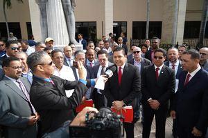 Panorámica exterior Tribunal Superior junto a voceros de prensa y miembros de las asociaciones de importadores vehículos.
