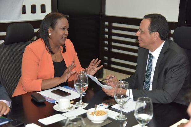 convenio, firmado por el ministro de Educación, Antonio Peña Mirabal, y la presidenta del gremio, Xiomara Guante, aborda 9 ejes claves para el desarrollo de la educación.