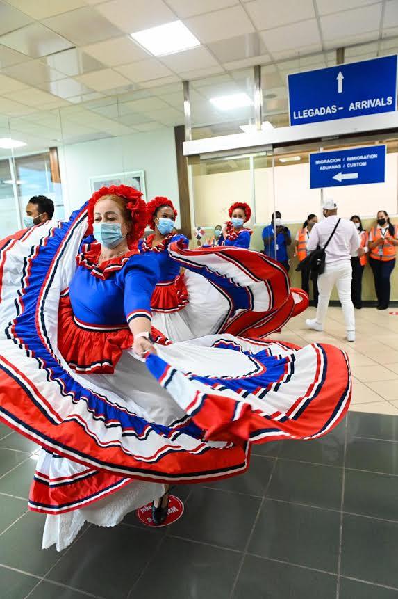 MITUR celebra 177 aniversario Independencia Nacional en aeropuerto.
