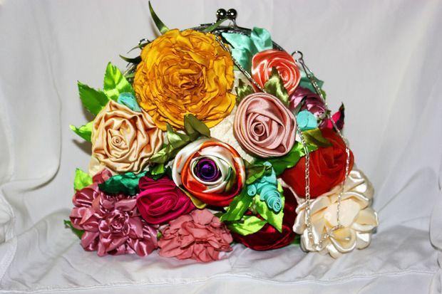 Las flores llegan a las manos con las carteras de Anny Abate