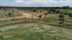 Vista panorámica del área donde se construye un canal en Haití que tendrá su obra de toma en el fronterizo río Masacre.
