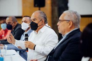 El Superintendente de Salud y Riesgos Laborales, Sisalril, Dr. Jesús Feris Iglesias en el diálogo que se lleva a cabo en Santiago.
