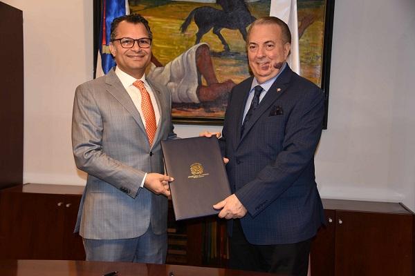 El ministro de Cultura, arquitecto Eduardo Selman, y el de Grupo Excel, Alberto Cruz Acosta, durante la firma del acuerdo cultural.