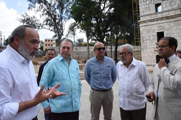 El ministro de Cultura, Eduardo Selman, recibió explicaciones de la remodelación, de parte del arquitecto Francisco Pagán, director de la (OISOE), y de los ingenieros y arquitectos Omar Rancier, Teódulo Blanchard y José Enrique Delmonte