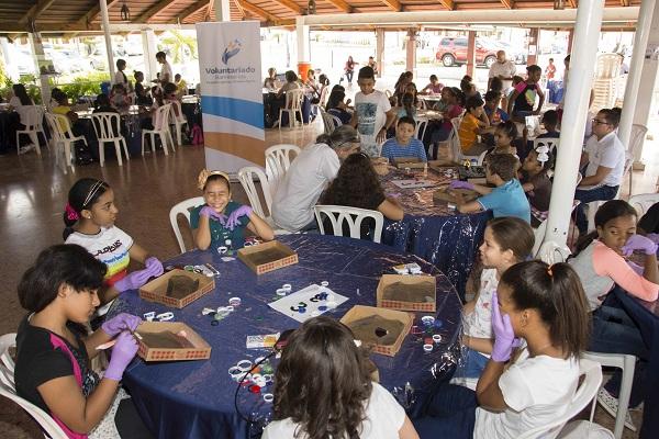 Hijos de empleados de Banreservas que participaron en los talleres creativos organizados por su Voluntariado.
