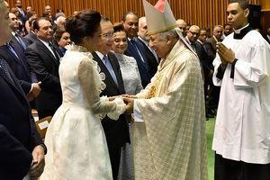 Monseñor Ramón Benito de la Rosa y Carpio saluda los funcionarios durante la misa de acción de gracias.