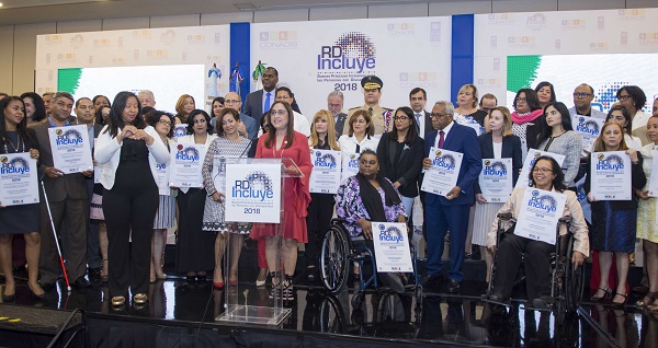 La presidenta del Voluntariado Banreservas, Jacqueline Ortiz de Lizardo, agradece la distinción otorgada por CONADIS y el PNUD a esa institución financiera.