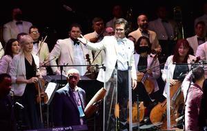 El director de la Orquesta Filarmónica del Desierto de Coahuila Marco Natanael Espinosa (c), durante la inauguración del 49 Festival Internacional Cervantino hoy, en el estado de Guanajuato, México.