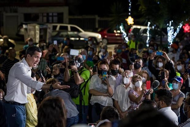 El presidente de la Asamblea Nacional de Venezuela, Juan Guaidó, asiste a una asamblea ciudadana hoy en Caracas, Venezuela.