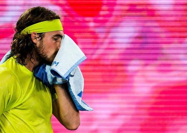 Stefanos Tsitsipas de Grecia reacciona durante su partido de semifinales de individuales masculinos contra Daniil Medvedev de Rusia en el torneo de tenis Open de Australia Grand Slam en Melbourne Park en Melbourne, Australia.