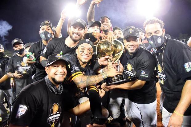 Jugadores de las Águilas Cibaeñas celebran luego de lograr su vigésima segunda corona tras derrotar a los Gigantes del Cibao, hoy en el estadio Julián Javier, en San Francisco de Macorís, República Dominicana.