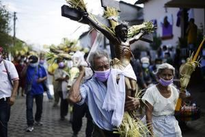 Fieles participan en la centenaria procesión de los Cristos, hoy en la localidad salvadoreña de Izalco (oeste) en El Salvador.