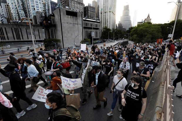 Cientos de ciudadanos fueron registrados este martes, durante una marcha en memoria del afroamericano George Floyd al cumplirse un año de su asesinato, en Manhattan, NY, EE.UU.
