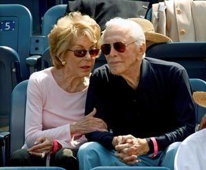 El actor estadounidense Kirk Douglas (R) se sienta con su esposa Anne Buydens (L) mientras observan a Novak Djokovic de Serbia jugando contra David Ferrer de España durante el primer partido de semifinales masculino en el decimotercer día del torneo de tenis Open de Estados Unidos 2007 en Flushing Meadows, Nueva York, EE. UU., 8 de septiembre de 2007 (reeditado el 5 de febrero de 2020).