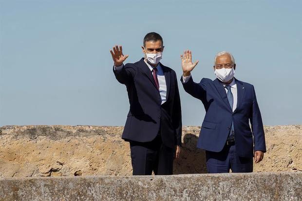 El presidente del Gobierno, Pedro Sánchez (i), junto al primer ministro luso Antonio Costa (d), en el acto oficial de la reapertura, el 1 de julio, tras tres meses y medio cerradas por el coronavirus, de la fronteras entre España y Portugal en Badajoz.