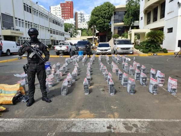 La DNCD decomisa 42 kilos de cocaína en Boca Chica y apresa a tres hombres
