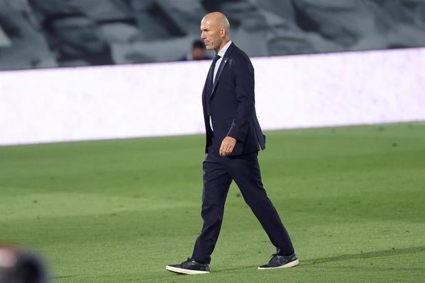 El entrenador del Real Madrid, Zinedine Zidane, durante el partido de Liga en Primera División ante el Getafe que disputaron esta noche en el estadio Alfredo Di Stéfano, en Madrid.
