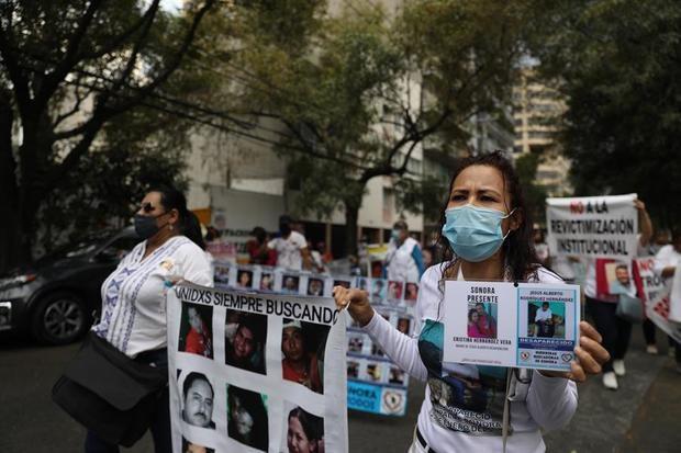 Un grupo de mujeres protestan hoy, para exigir justicia por la desaparición de sus familiares, en Ciudad de México, México.