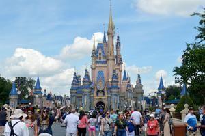 Decenas de personas caminan hoy frente al redecorado palacio de la Cenicienta con ocasión del 50 aniversario de Walt Disney World en el parque temático Magic Kingdom en Lake Buena Vista, Florida, EE.UU.